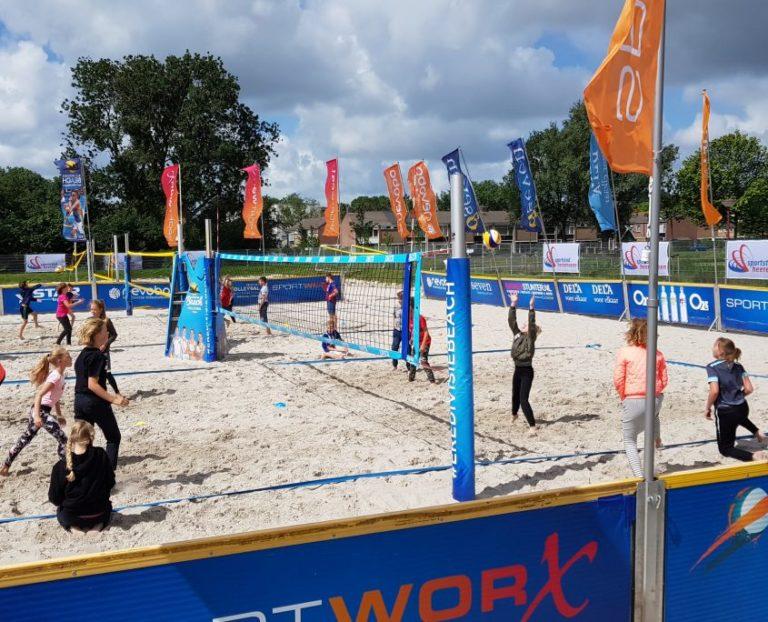 Clinic beachvolleybal voor Sevenwolden-leerlingen klas A2a